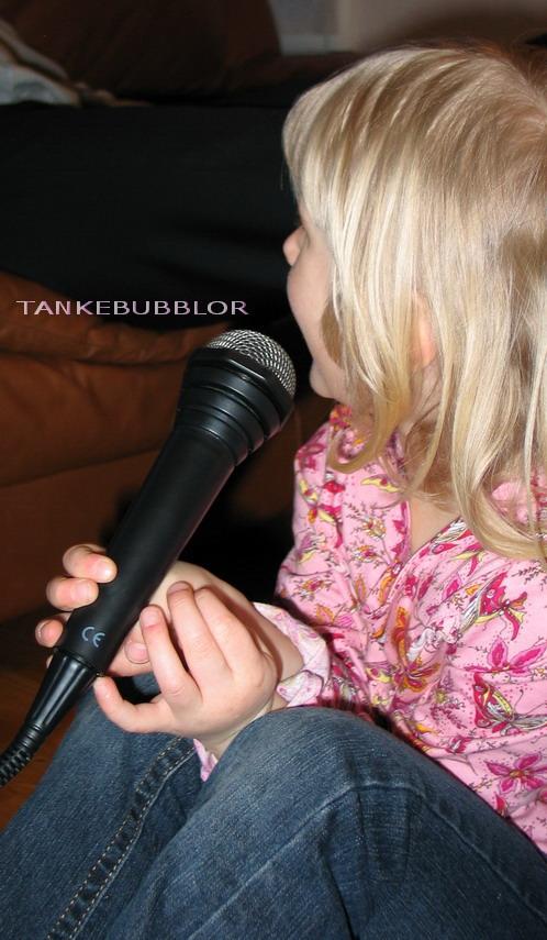 tösen sjunger