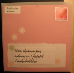 kortets baksida med adressen som syns genom kuvertet